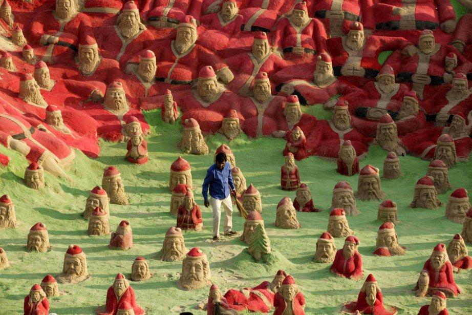 L'artiste indien Sudersan Pattnaik parmi ses sculptures sur la plage de Puri en Inde | 28 décembre 2012