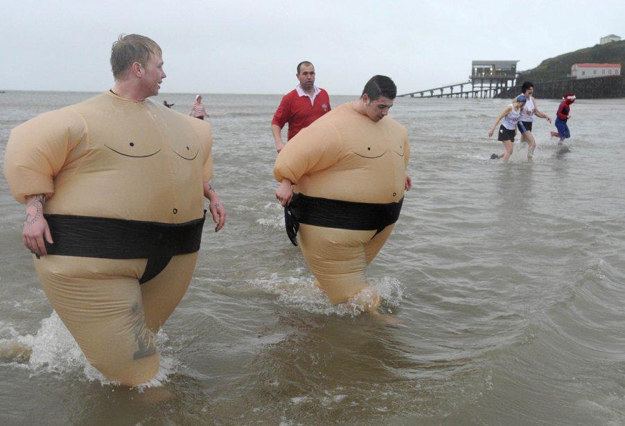 Baignade annuelle de l'Après-Noël sur la plage de Tenby en Angleterre | 28 décembre 2012