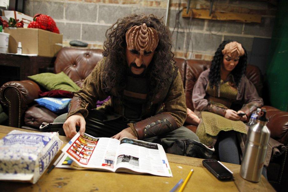 Les acteurs de la version Klingon du Conte de Noël de Charles Dickens prennent une pause en coulisse entre deux représentations à Chicago. | 28 décembre 2012