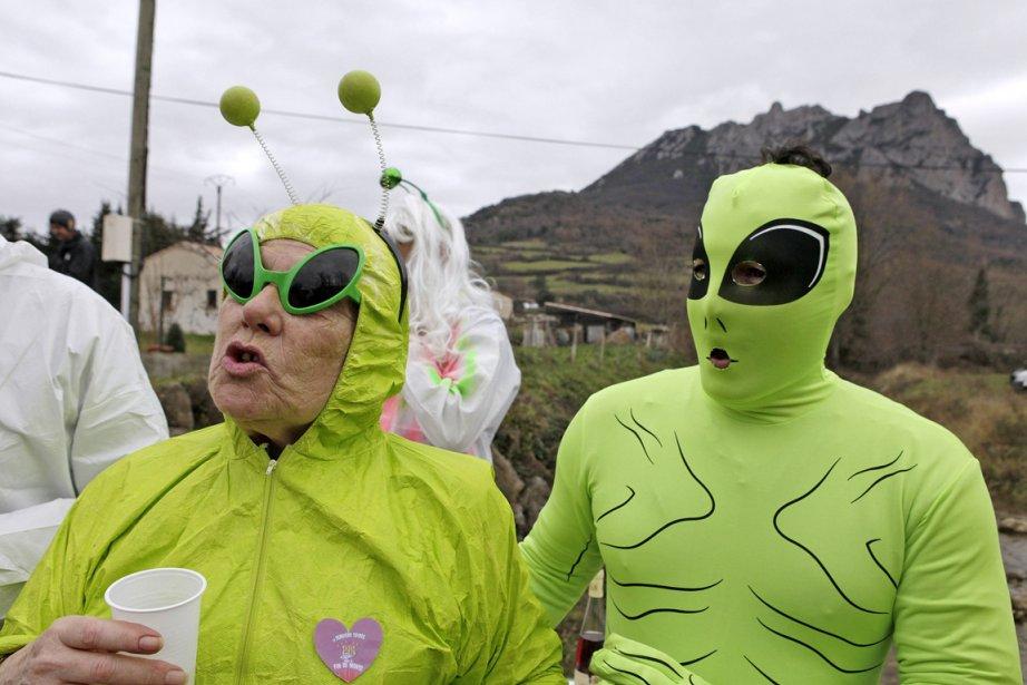 Des gens costumés en extra-terrestres attendent la fin du monde à Bugarach en France | 28 décembre 2012