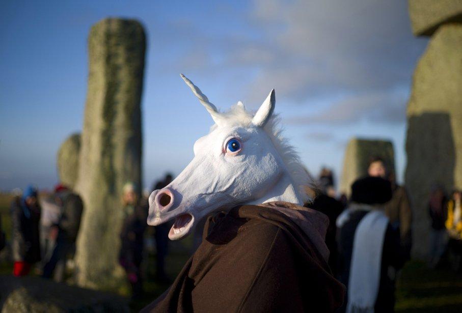 Célébration à Loccasion du solstice d'hiver à Stonehedge en Angleterre en compagnie d'un participant déguisé en licorne. | 28 décembre 2012