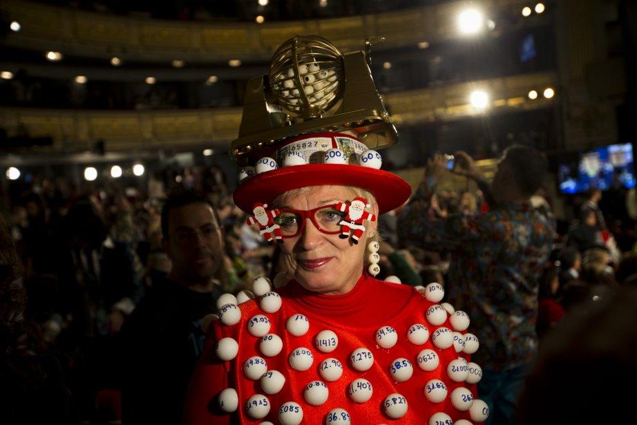 Une femme déguisée pour l'occasion du tirage de la loterie El Gordo en Espagne ou 2.5 milliards d'euros était en jeu. | 28 décembre 2012