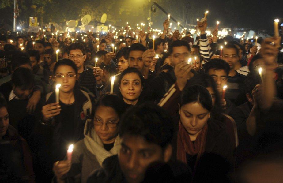 Des Indiens sont descendus dans les rues de New Delhi, samedi, après la mort de la jeune victime d'un viol collectif. La victime, une étudiante de 23 ans, est décédée après deux jours de traitements à l'hôpital de Singapour. | 29 décembre 2012
