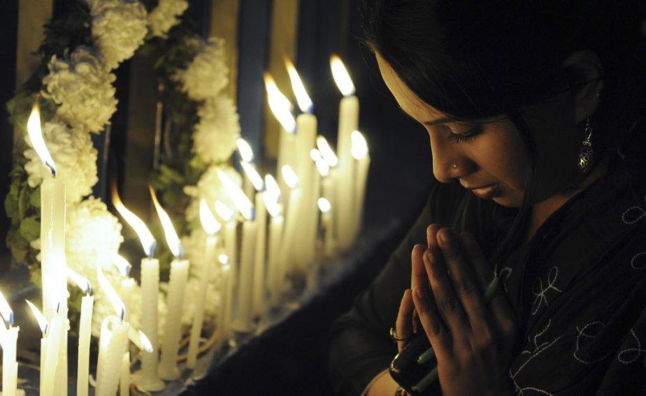Une Indienne prie à Calcutta à la suite de la... | 2012-12-30 00:00:00.000