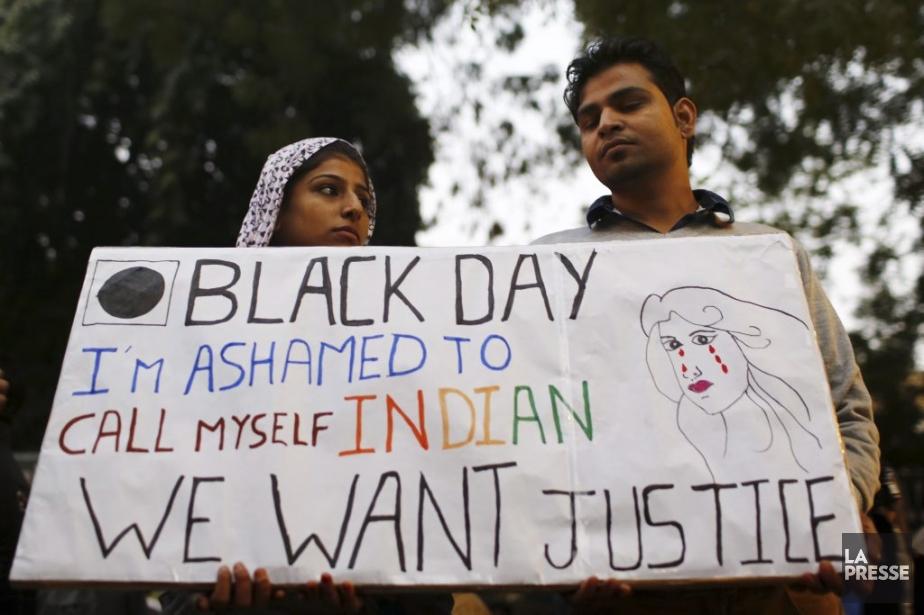 Jour noir pour l'Inde, avec la mort de l'étudiante victime d'un brutal viol collectif. Ces manifestants n'hésitent pas à écrire leur indignation, se disant même honteux d'être Indiens. | 30 décembre 2012