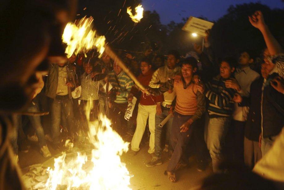 Ces manifestants à New Delhi brûlent une poupée en paille à l'effigie de l'un des six violeurs de l'étudiante décédée. | 30 décembre 2012
