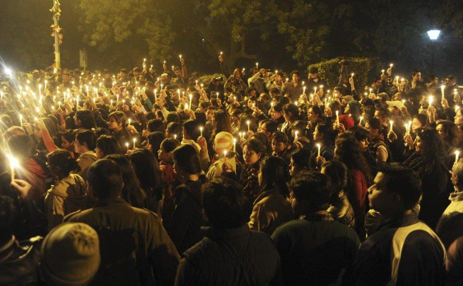 Des dizaines de milliers de personnes sont sorties dans les rues pour crier leur indignation depuis les derniers jours. Ici, elles pleurent la mort de la victime du viol collectif. | 30 décembre 2012