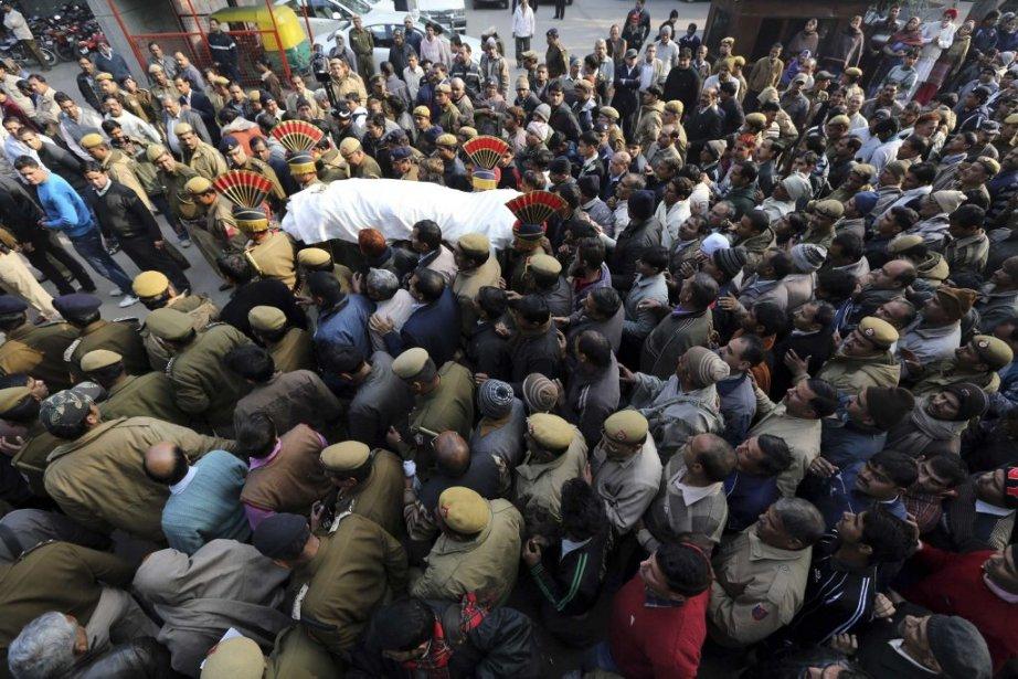 Un policier a été blessé lors d'une manifestation d'indignation à la suite du viol collectif de l'étudiante. Il a succombé à ses blessures. | 30 décembre 2012