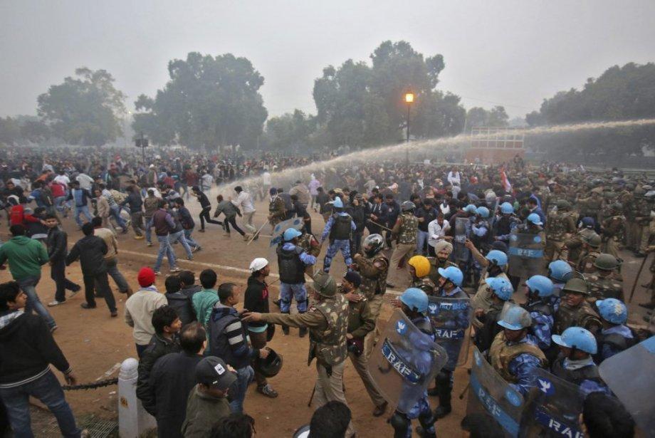 Des manifestations à la suite du viol collectif de l'étudiante ont tourné au vinaigre. Des Indiens ont déversé leur hargne, en réaction à la brutalité du viol et à l'inaction des élus, fonctionnaires ou policiers. | 30 décembre 2012