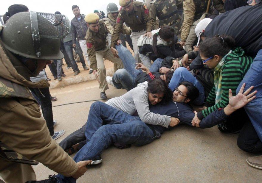 Des manifestations à la suite du viol collectif de l'étudiante ont tourné au vinaigre, comme celle du 23 décembre. Des Indiens ont déversé leur hargne, en réaction à la brutalité du viol et à l'inaction des élus, fonctionnaires ou policiers. | 30 décembre 2012