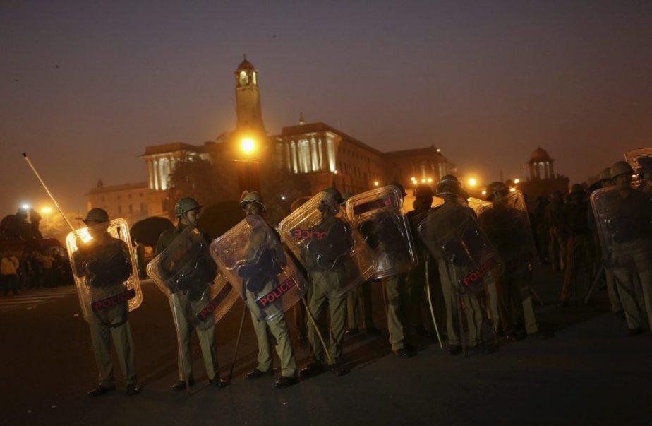 Des policiers protègent le palais présidentiel pour en chasser les protestataires, le 22 décembre. | 30 décembre 2012