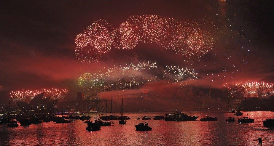 Les feux d'artifice ont illuminé le ciel de Sydney tandis... | 2012-12-31 00:00:00.000