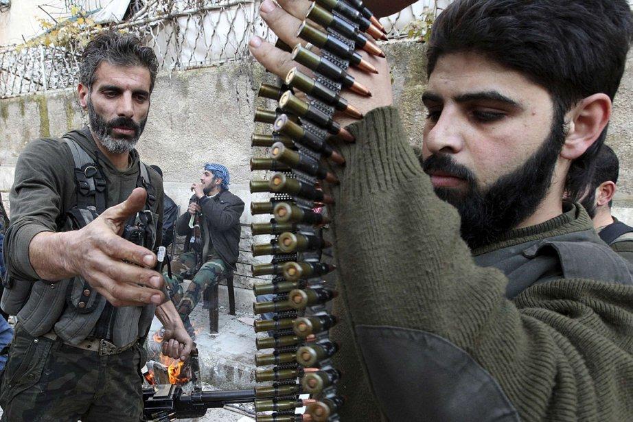 Des rebelles préparent des munitions en Syrie, où... (Photo: Reuters)
