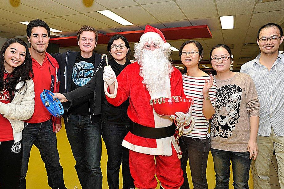 Les résidences de l'Université Laval ont pris des airs de fête de famille, le 28 décembre, alors que plus de 300 étudiants étrangers ont célébré Noël à la québécoise. Souper traditionnel, accordéon, danse et cadeaux ont marqué cette soirée mémorable, organisée par l'Association des diplômés. | 2 janvier 2013
