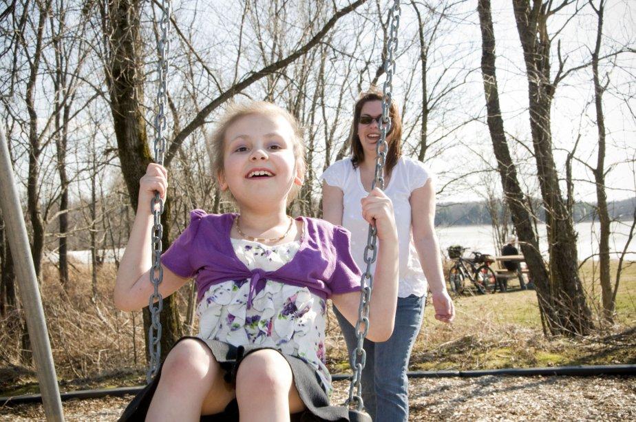 Audrey avait trois ans lorsque le diagnostic de leucémie lymphoblastique aigüe est tombé. Elle est une des enfants porte-parole du Défi têtes rasées. J'ai choisi cette photo afin de rendre hommage à la joie de vivre de cette petite fille de 9 ans remplie de courage et au sourire qui vaut mille mots. Une belle leçon de vie à regarder Audrey s'amuser ! | 3 janvier 2013