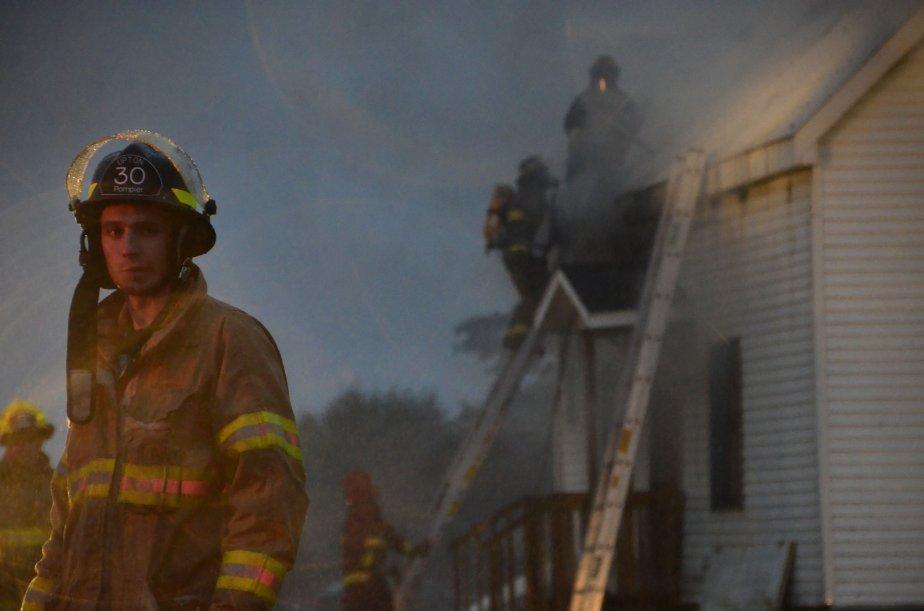 Important incendie d'une maison à Ste-Cécile-de-Milton. Important, surtout pour moi, puisqu'il s'agissait du premier incendie que je couvrais. J'ai même eu du mal à dormir la nuit suivante, tellement j'étais encore sur l'adrénaline. | 3 janvier 2013