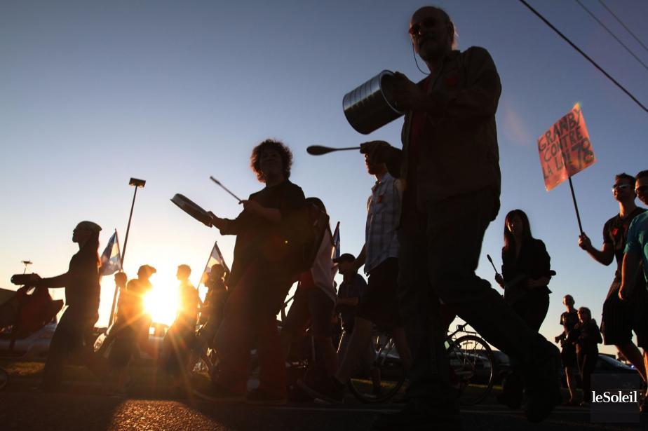 Les rues de Granby n'ont pas échappé au tintamarre des manifestations populaires en marge du printemps érable. Ici, une foule particulièrement bruyante défile sur la rue Principale à quelques jours du solstice d'été. | 3 janvier 2013