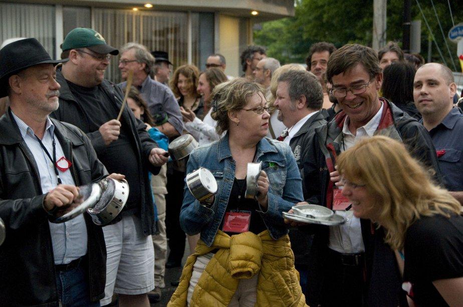 Une manifestation contre la loi 78 devant les bureaux du députés François Bonnardel. Pous bien l'apprécier, ne manquerait que la trame sonore de bruit de casseroles! | 3 janvier 2013