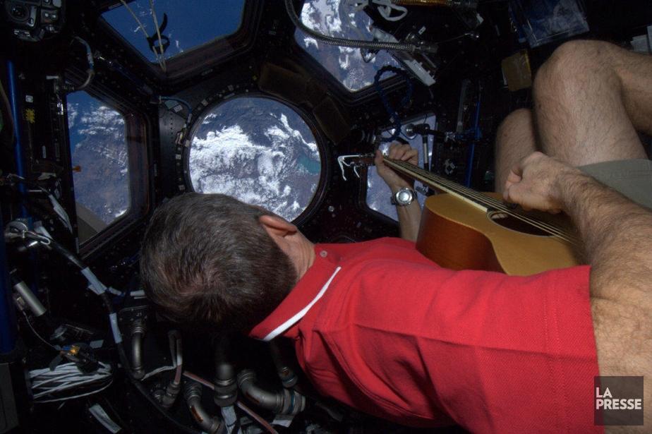 Photo de Chris Hadfield dans la coupole d'observation de la station spatiale internationale. | 3 janvier 2013