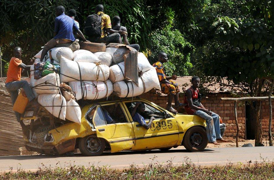 Une voiture croule sous le poids de sa cargaison alors que des résidents de Damara au Congo tentent de quitter la ville à l'approche des rebelles. | 3 janvier 2013