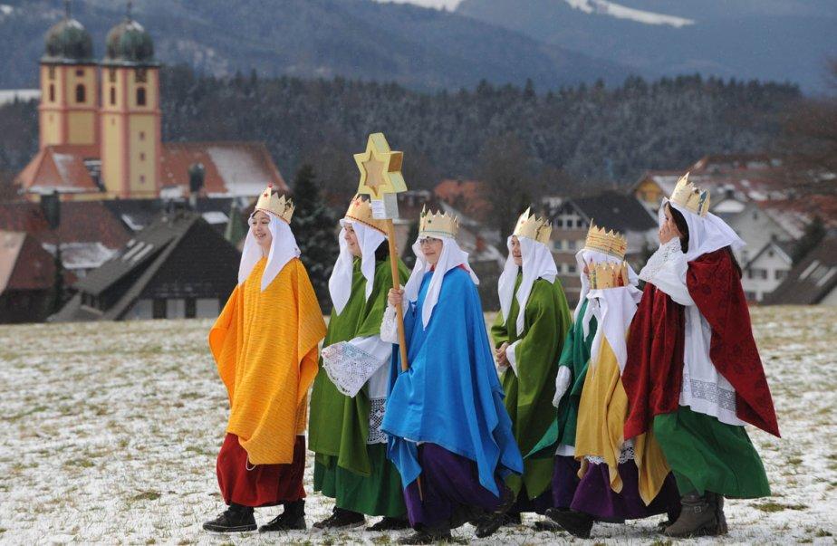 Enfants déguisés en rois mages lors de la fête de l'ascension de Marie à St Maergen en Allemagne. | 3 janvier 2013