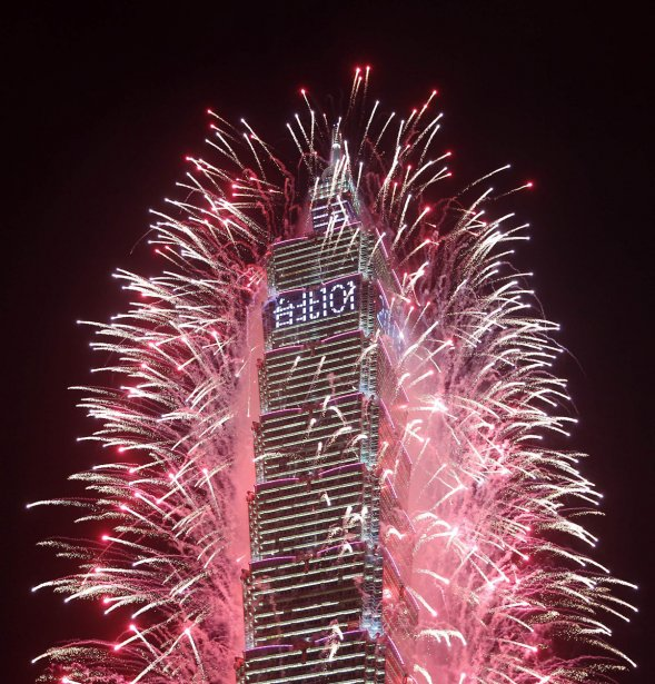 Feux d'artifice sur l'édifice le plus haut de Taiwan, le Taipei 101, à l'occasion du Nouvel An | 3 janvier 2013
