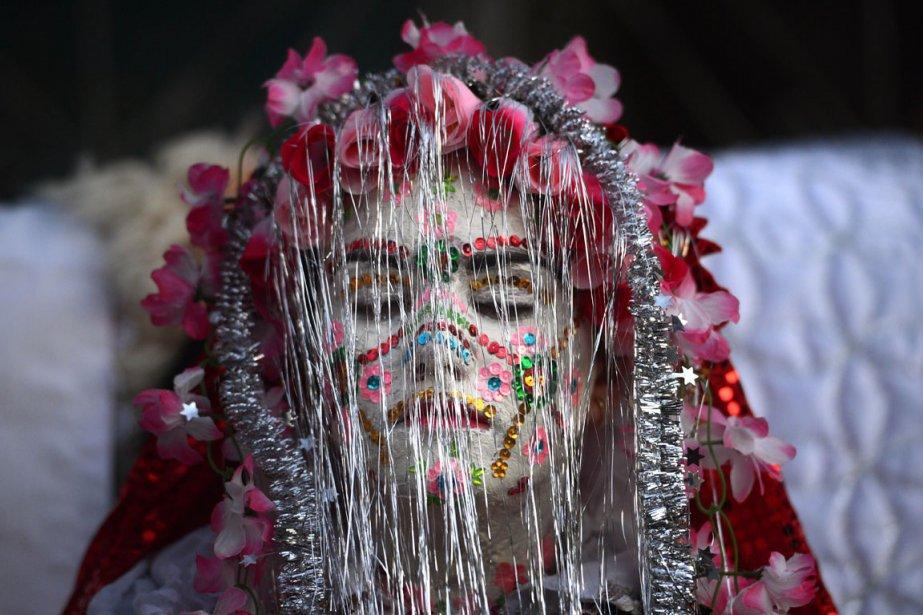 Fatme Ulanova, de Ribnovo en Bulgarie quelques instants avant une cérémonie de mariage traditionnelle. | 3 janvier 2013
