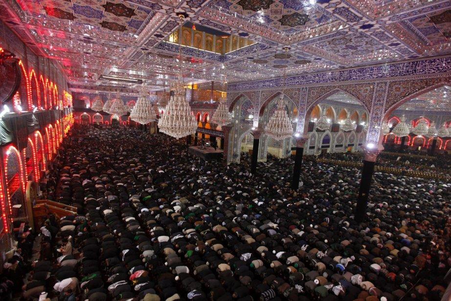 Heure de la prière pour pèlerins Shiite à la mosquée Immam Hussein à Kerbala en Irak | 3 janvier 2013