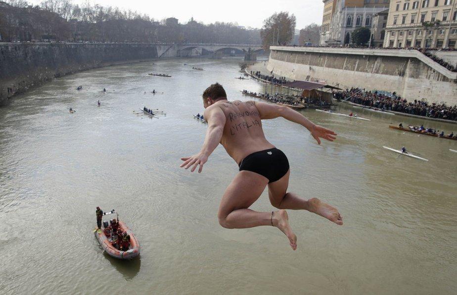 Un homme saute dans les eaux du Tibre à Rome lors des célébrations du Nouvel An. | 3 janvier 2013