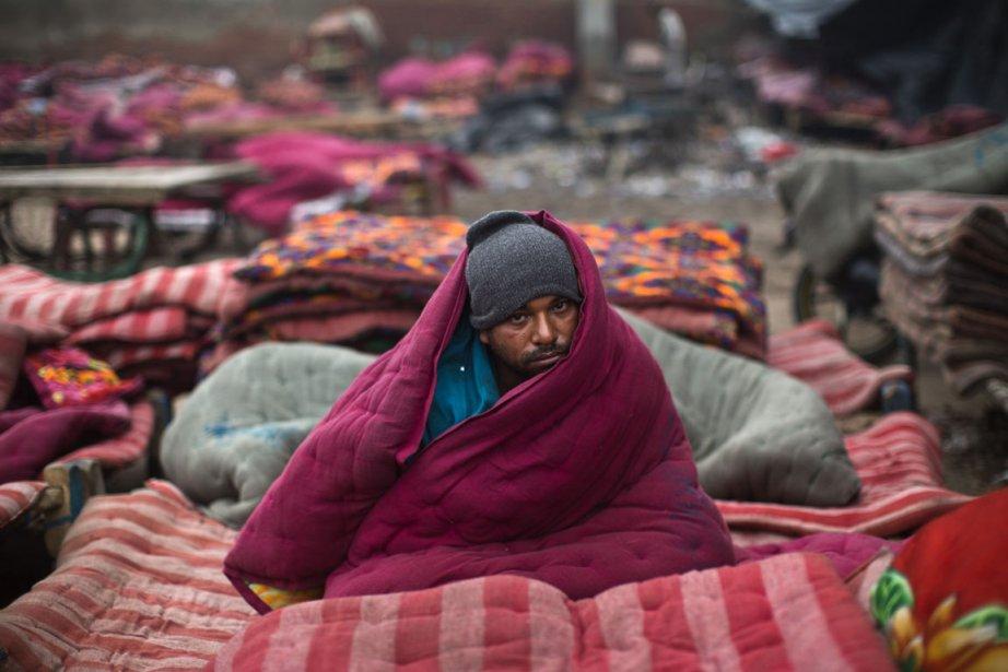 Un sans-abri de Delhi en Inde tente de se réchauffer pendant une vague de froid. | 3 janvier 2013