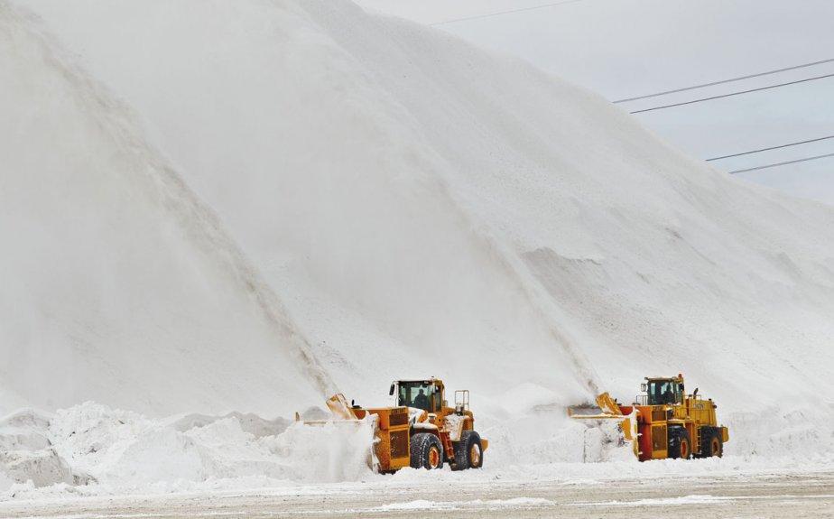 Souffleuses en action au dépôt à neige de la ville de Montréal sur le boulevard Ray Lawson | 3 janvier 2013