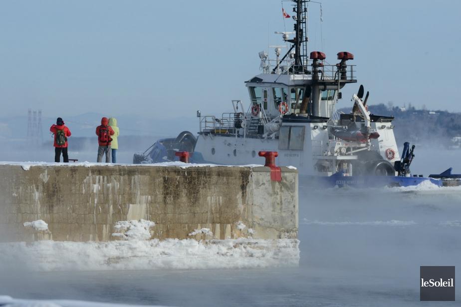 La vague de froid intense qui s'est abattue sur la région de Québec dans les derniers jours en est à ses dernières heures, selon Environnement Canada. La température devrait revenir à la normale vendredi avec un maximum de - 6 °C. Le mercure affichait - 22 °C, jeudi matin, et a atteint un sommet de - 35 °C avec le refroidissement éolien. Le froid n'a cependant pas empêché des touristes d'aller admirer le fleuve. | 4 janvier 2013