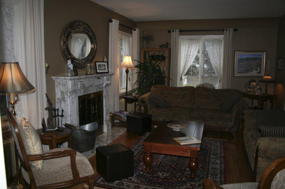 La pièce centrale de ce salon aux plafonds arrondis est agrémenté d'un foyer au bois orné d'un manteau de marbre. | 4 janvier 2013