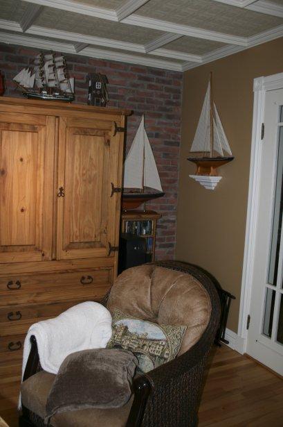 À l'arrière de la demeure, se trouve cette pièce pouvant servir de bureau ou de coin lecture et dont les plafonds sont pourvus de caissons. | 4 janvier 2013