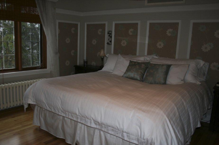 Spacieuse et offrant une vue sur la rivière des Mille-Îles, cette chambre possède deux garde-robes, dont un en cèdre. | 4 janvier 2013