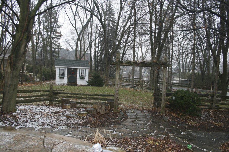 Avec sa vue sur l'île Ducharme et sur la rivière, la cour arrière de cette maison a été aménagée pour créer un effet champêtre en toutes saisons. | 4 janvier 2013