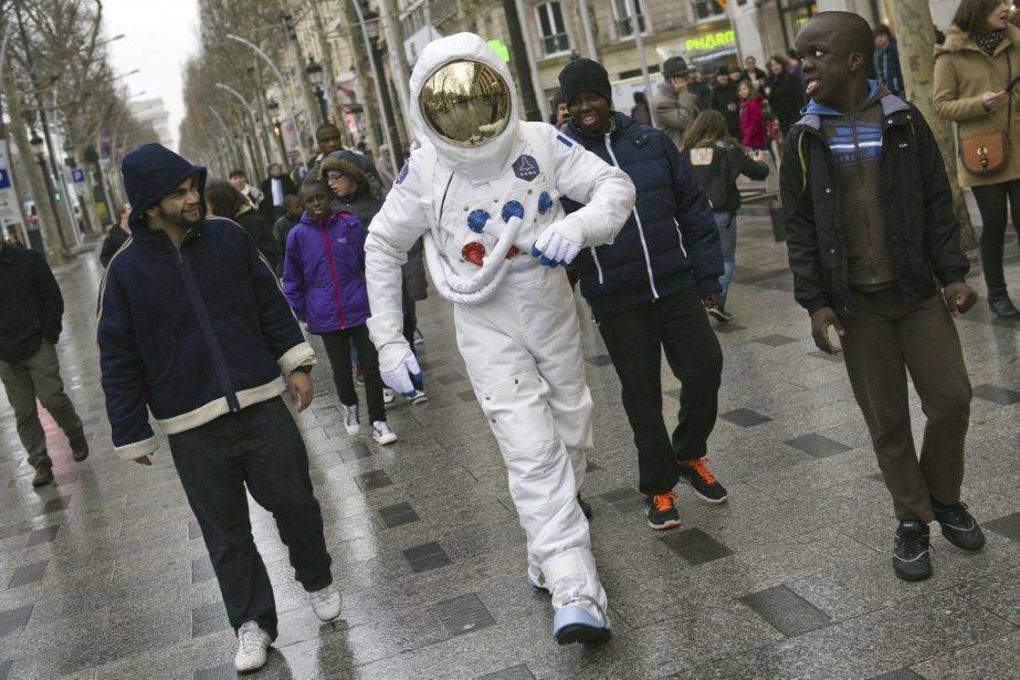 Curieux astronaute sur les Champs-Élysées, à Paris. | 4 janvier 2013