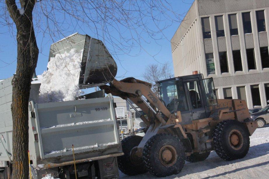 Les employés municipaux ont été à pied d'oeuvre pendant pratiquement toute la semaine pour enlever les quelque 45 centimètres de neige qui se sont abattus sur la région lors de la tempête du temps des Fêtes. | 4 janvier 2013