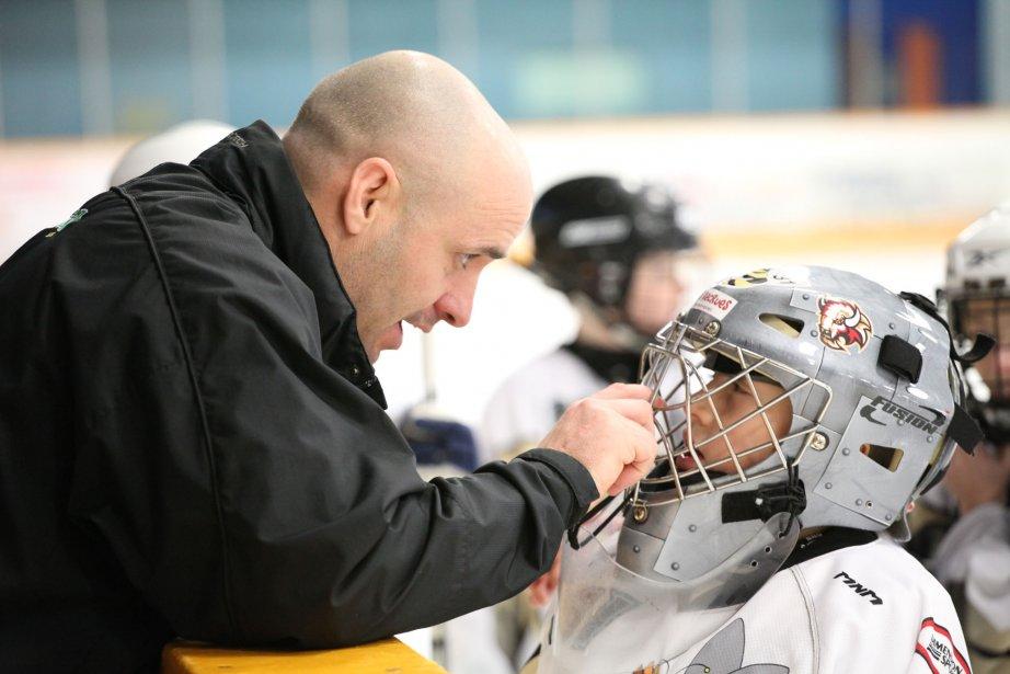 L'entraîneur Pascal Duhamel prodigue ses conseils à son gardien au cours de l'affrontement entre le Desjardins «A» de Farnham et l'équipe de Drummondville, lors du Tournoi atome de Cowansville. | 4 janvier 2013