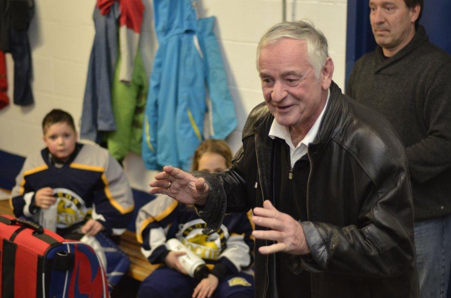 L'ancien porte-couleurs du Canadien, Bobby Rousseau, est venu rencontrer des jeunes hockeyeurs à l'occasion d'une cérémonie rendant hommage à son frère Gilles, bénévole de longue date du hockey mineur à Bromont. | 4 janvier 2013