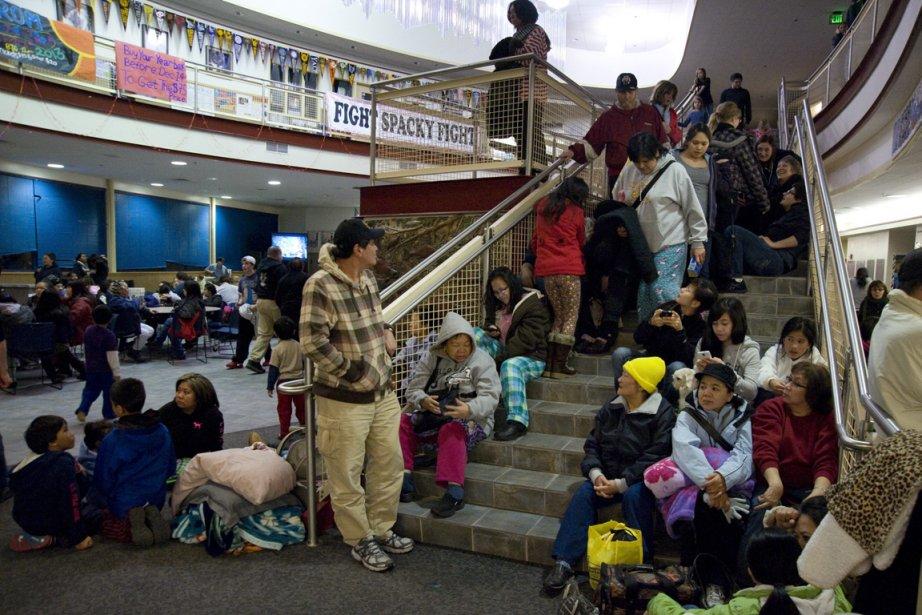 Des gens se sont rassemblés dans une école... (Photo : James Poulson, AP)