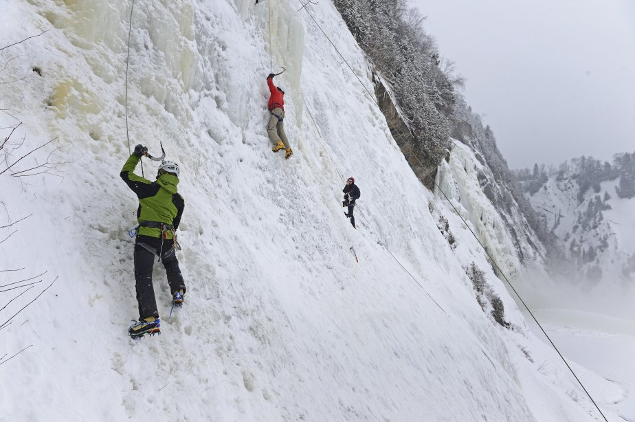 Les maniaques d'escalade de glace ont entamé vendredi après-midi leurs premières ascensions des parois de la chute Montmorency, un des rares endroits urbains à combler leur soif d'aventure. | 5 janvier 2013