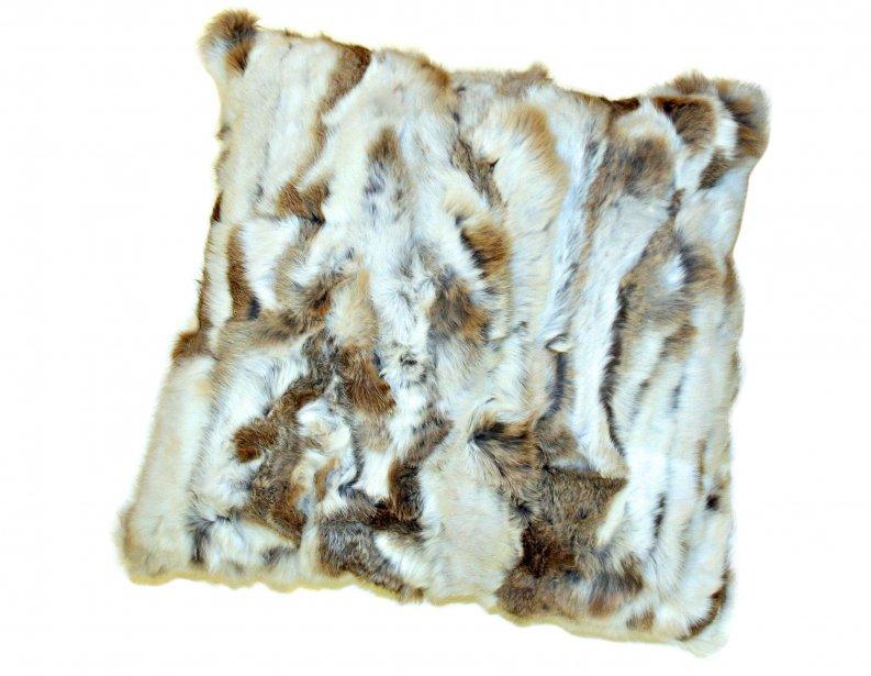 Coussin 60 cm X 60cm en fourrure de lapin, 125 $ chez Simons, Place Ste-Foy, Québec, 418692-3630, simons.ca | 6 janvier 2013