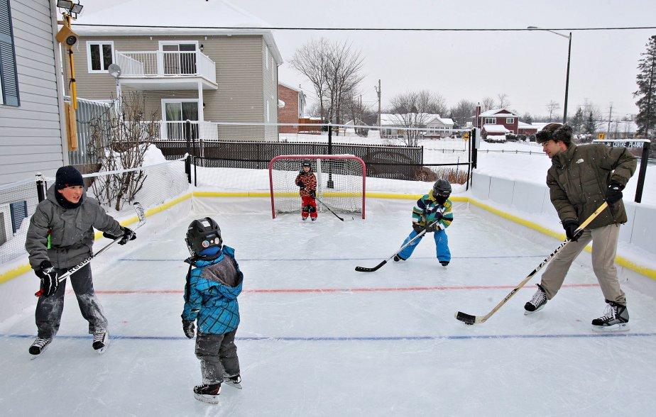 «Parfois, les enfants, l'hiver, il faut les forcer à sortir. Là, il faut les forcer à rentrer à l'intérieur!» Véronique et son conjoint Maxime, avec l'aide de sa sœur Catherine, ont frappé un grand coup en inaugurant leur patinoire de Charlesbourg pour un tout premier hiver. L'affluence est si importante qu'un banc des joueurs est installé près de la patinoire, pour éviter la cohue dans le hall d'entrée. | 7 janvier 2013