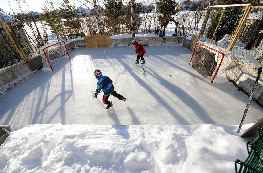 La patinoire de Philippe Côté, dans Lebourgneuf, est toujours occupée. Tellement qu'on doit parfois limiter les heures de glace… La petite patinoire est bien blottie entre les terrains des voisins. Des filets assurent la protection du cabanon. Depuis 14 ans, Christian l'entretient. Ses fils - c'est non négociable - sont responsables du déneigement. Sans souffleuse. | 7 janvier 2013