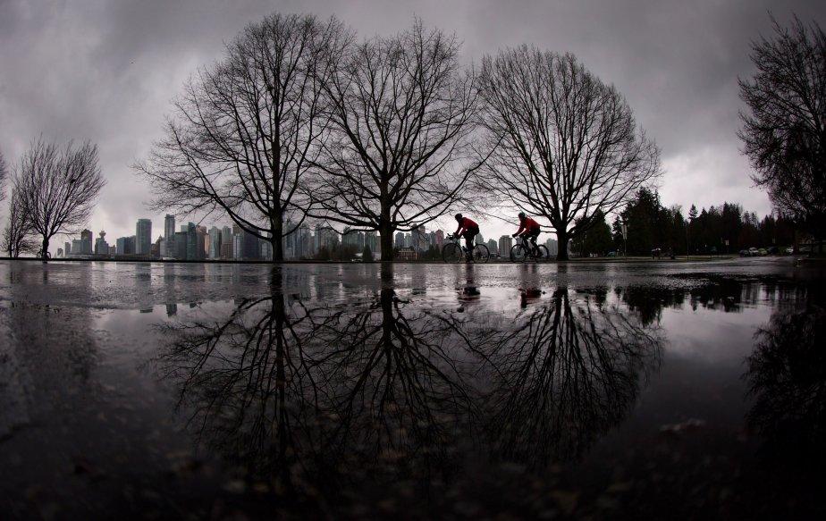Des cyclistes sous la pluie au parc Stanley, à Vancouver.... | 2013-01-07 00:00:00.000