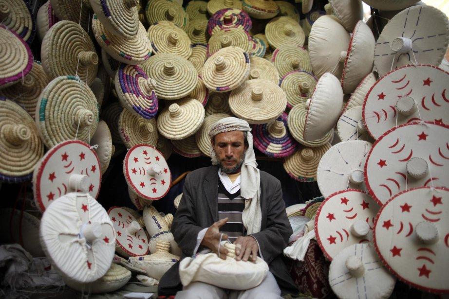 Un marchand de la vieille ville de Sanaa fabrique un makhbaza, un outil qui sert à mettre le pain au four. | 7 janvier 2013