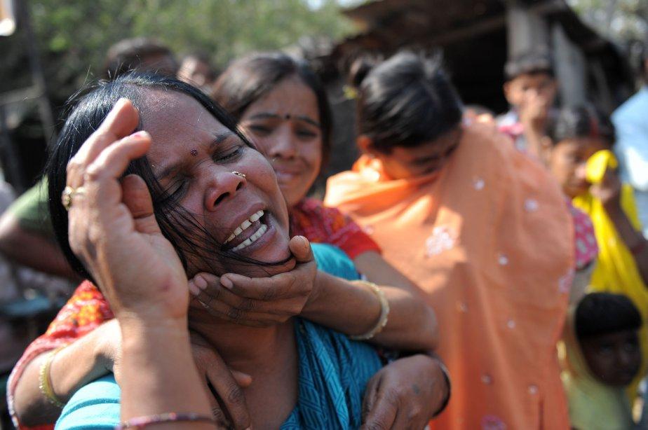 Des proches des ouvriers disparus réagissent en dehors de l'Indian Oil Corporation (IOC), à Hazira. Trois personnes sont mortes dans l'incendie d'un réservoir de stockage du terminal, que les pompiers ont mis 21 heures à maîtriser. | 7 janvier 2013