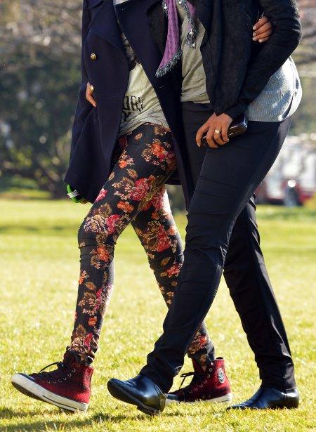 Michelle Obama se promène avec sa fille Sasha lors de leur retour à la Maison-Blanche. Le président américain, Barack Obama, et sa famille sont rentrés d'Hawaii, où ils avaient passé les vacances de Noël. | 7 janvier 2013