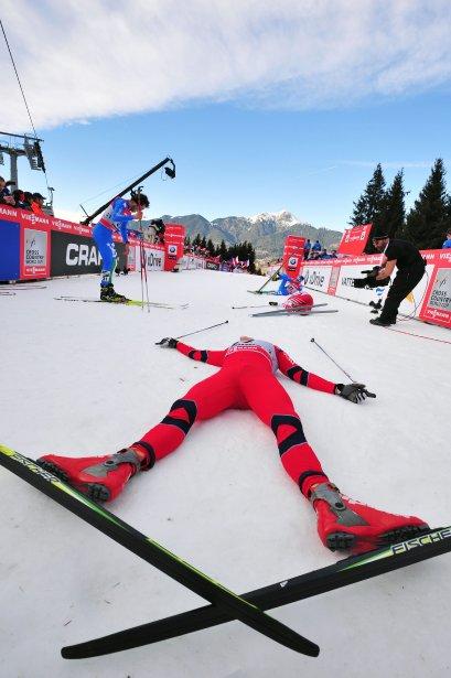Les skieurs manifestent leur joie d'avoir franchi la ligne d'arrivée de la dernière étape du Tour de Ski à Val di Fiemme, une course-poursuite de 9km en style libre. Le russe Alexander Legkov a remporté la course. | 7 janvier 2013